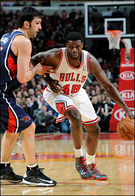 Nazr Mohammed on the move against the Atlanta Hawks