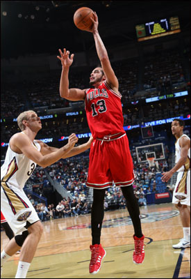 Noah finished with 14 points, 16 rebounds and five assists, his 18th consecutive game with double figure rebounds, two behind Artis Gilmore for the third longest such streak in franchise history.